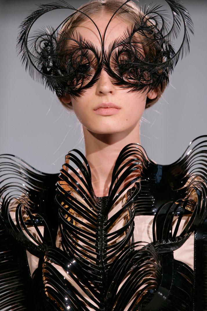 Iris-Van-Herpen-blackswan