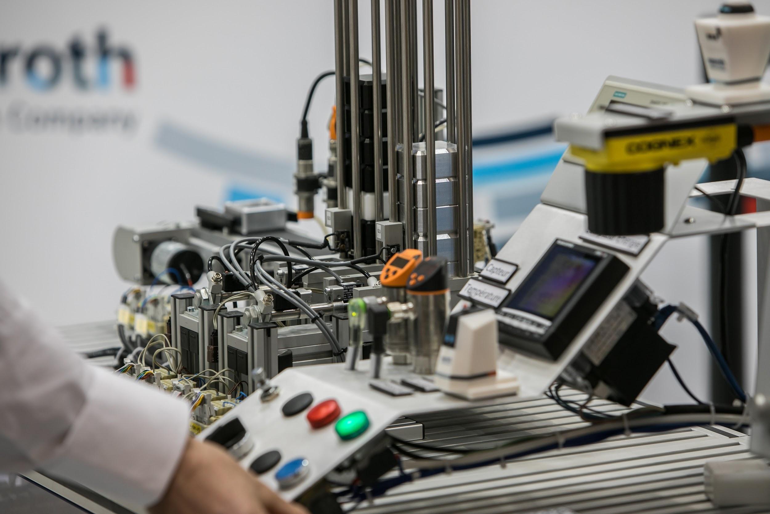 """new product 7838d ca930 """"La robotisation rend des postes plus accessibles à tous, hommes, femmes,  et même aux plus jeunes moins expérimentés. De plus le collaborateur se  sent ..."""