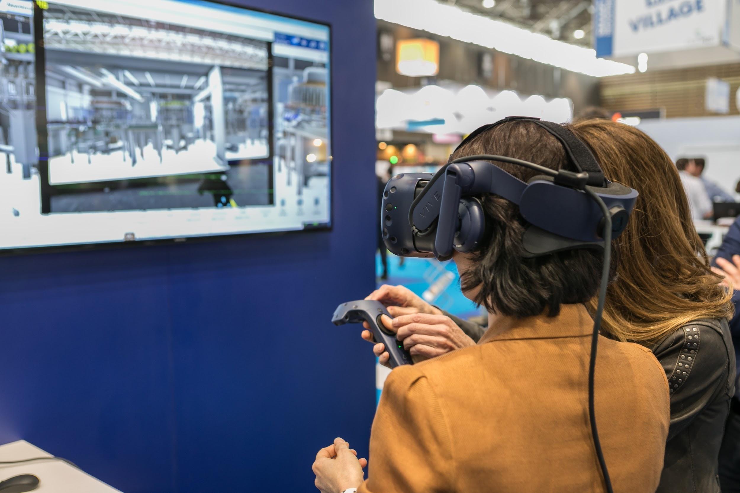 separation shoes 0eb97 bd8a7 Accèder au jumeau numérique d une usine, via un casque de réalité virtuelle  (ici sur le stand de Dassault Systèmes), est l une des concrétisations de  cette ...