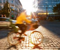 【都市モビリティの概念の再構築】歩行者、車両、自転車へのイノベーティブな空間配分を模索する都市