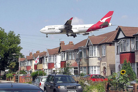 800px-Qantas_b747_over_houses_arp